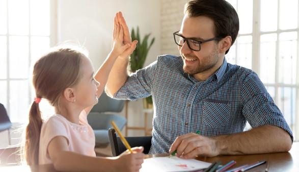 Vater mit Tochter in Home Schooling © fizkes, stock.adobe.com