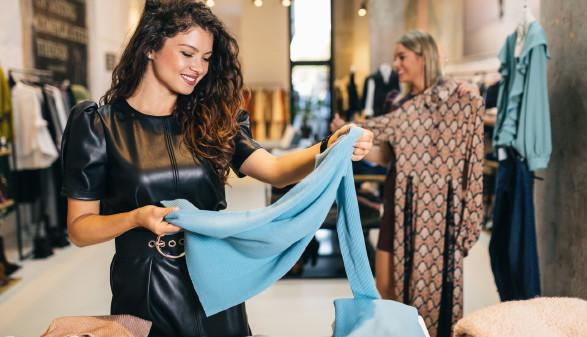 Frau beim Kleiderkauf © Hedgehog94, stock.adobe.com