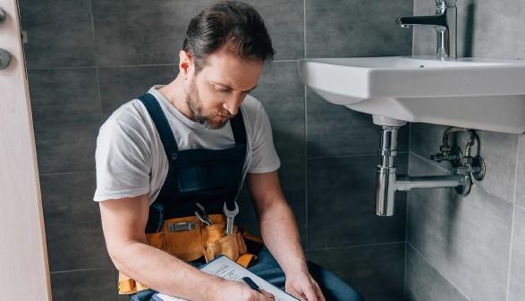 Installateur bei der Arbeit in einem Badezimmer © Lightfield Studios, stock.adobe.com