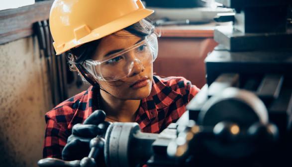Junge Arbeitnehmerin mit Schutzhelm und -brille © chayathon2000, stock.adobe.com