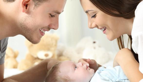 Mutter und Vater schauen auf Baby herab © Antonioguillem, stock.adobe.com