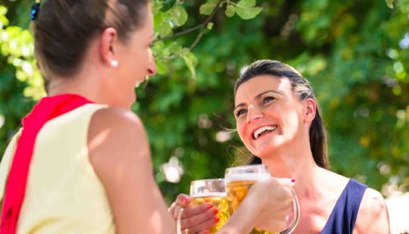 Zwei Frauen mit Bierkrügen im Gastgarten © Kzenon, stock.adobe.com
