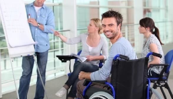 Junger Mann im Rollstuhl nimmt an einer Besprechung teil © auremar, Fotolia