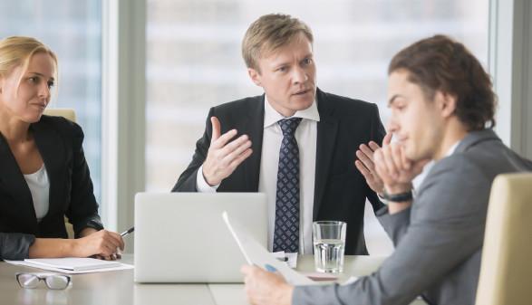 Büroangestellter wird von Chef konfrontiert © fizkes, stock.adobe.com