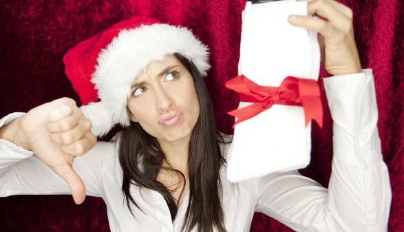 Frau mit Weihnachtsmütze gefällt das Geschenk nicht © drubig-photo, stock.adobe.com