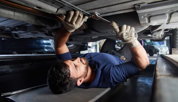 KFZ Mechaniker überprüft Unterboden © Robert Kneschke, stock.adobe.com