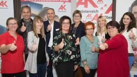 Margareta Denk, Bildungsberaterin aus dem Bezirk Schärding, mit dem Team der AK Bezirksstelle Schärding und dem Team der AK Bildungsberatung.  © cityfoto.at