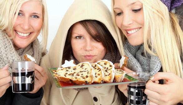 3 Frauen mit Glühwein und Christstollen © K. - P .Adler, stock.adobe.com