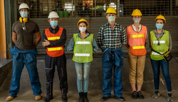 Arbeitsteam mit Schutzmasken © visoot , stock.adobe.com