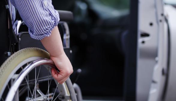 Rollstuhlfahrer neben Auto © Wellnhofer Designs, stock.adobe.com