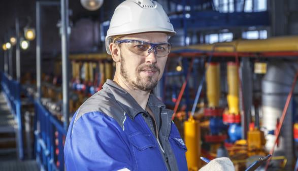 Arbeiter mit Schutzhelm in Werkshalle © evgenii, stock.adobe.com