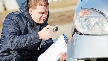 Sachverstaendiger nimmt Autoschaden auf © Kadmy, Fotolia.com