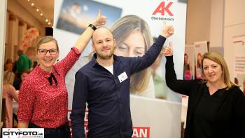 Mag. David Aigner, der auch in der AK Gmunden persönlich zu Bildungsfragen berät, mit Besucherinnen. © -, cityfoto.at