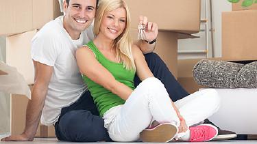 Junges Paar freut sich über neue Wohnung © luckybusiness, stock.adobe.com