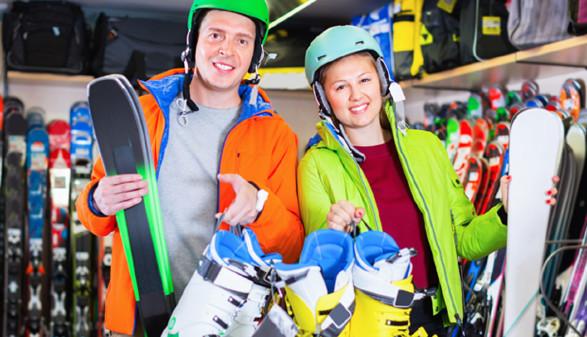 Skifahrer im Skiverleih © JackF, stock.adobe.com