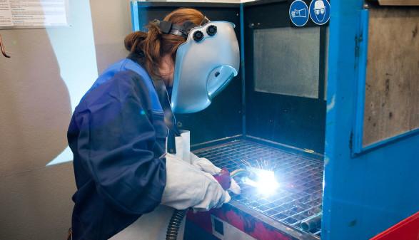 Junge Arbeitnehmerin führt Schweißarbeit aus © Franz Pfluegl, stock.adobe.com