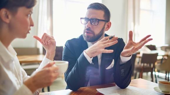 Mann und Frau bei einer Besprechung © pressmaster, stock.adobe.com