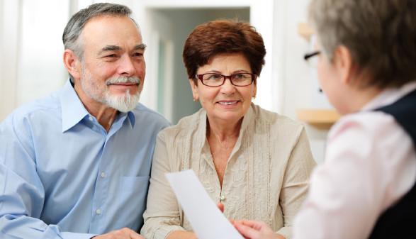 Älteres Paar bei einem Beratungstermin in der Bank © Alexander Raths, stock.adobe.com