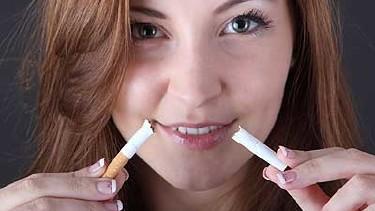 Frau mit Zigarette in der Hand - sie bricht sie in der Mitte durch © Knut Wiarda, Fotolia.com