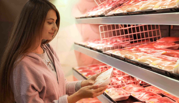 Frau im Supermarkt kauft Fleisch ein © New Africa, stock.adobe.com