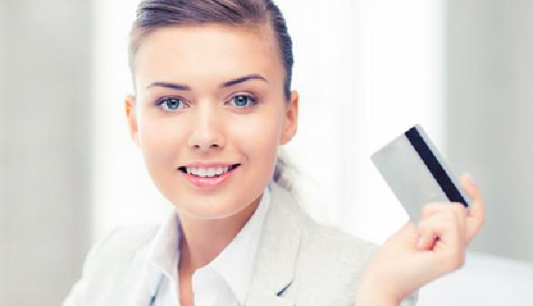 Frau hält Kreditkarte hoch © Syda Productions, stock.adobe.com