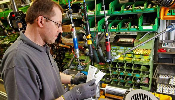 Industriearbeiter kontrolliert die Checkliste © Ingo Bartussek, stock.adobe.com