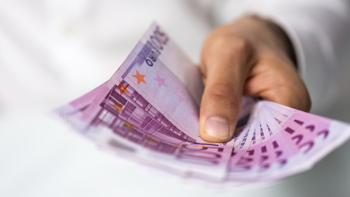 Jemand hält 500 Euro Scheine © vege, stock.adobe.com