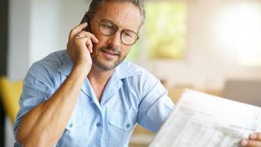 Redakteur liest Zeitung u nd telefoniert © goodluz, stock.adobe.com
