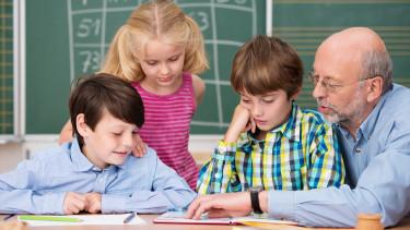 Lehrer erklärt Schüler etwas © contrastwerkstatt , stock.adobe.com