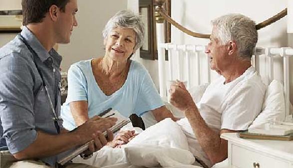 Pflegebedürftiger Mann wird von Arzt untersucht © Monkey Business, Fotolia.com