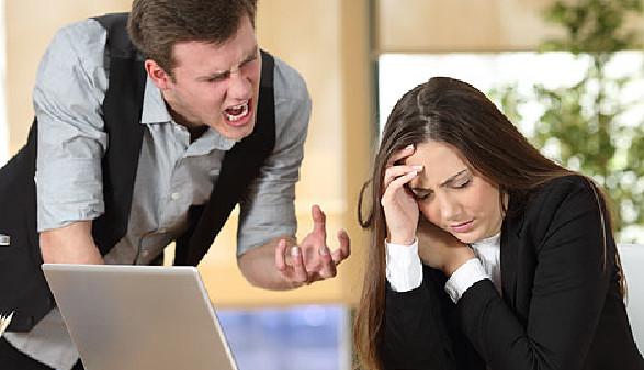 Chef schreit mit seiner Mitarbeiterin © Antonioguillem, stock.adobe.com