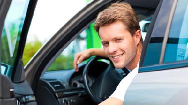 Im Auto sitzender Mann, der bei offener Autotüre herausschaut © Kzenon, Fotolia.com