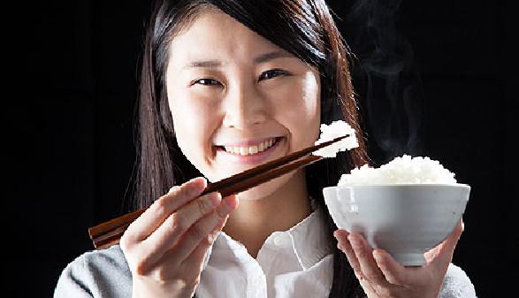 Junge Asiatin mit einer Schale Reis und Stäbchen © aijiro, Fotolia.com