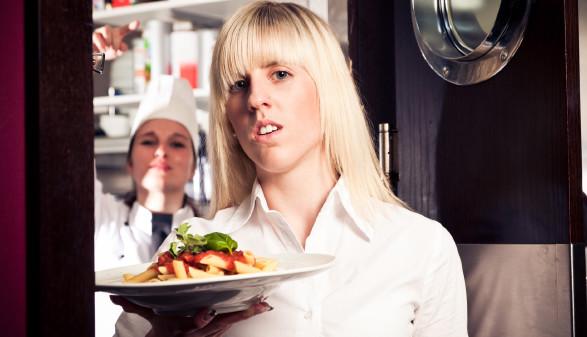 Kellnerin hält Teller in der Hand © nullplus, stock.adobe.com