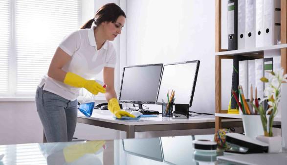Putzfrau reinigt Computer-Arbeitsplatz im Büro © Andrey Popov, stock.adobe.com