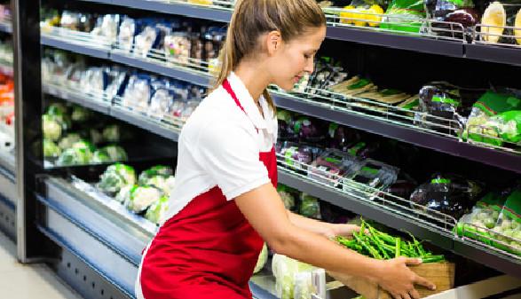 Regalbetreuerin im Supermarkt © WavebreakMediaMicro, Fotolia.com