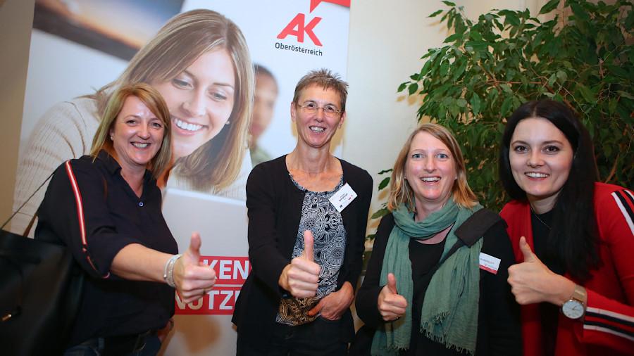 AK Bildungsberaterin Johanna Wimplinger und Karin Roller-Robbrecht von Migrare, mit er-folgreichen Absolventinnen im 2. Bildungsweg (von links nach rechts) © -, Cityfoto.at