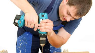 Handwerker bohrt ein Brett © Klaus-Peter Adler, fotolia.com