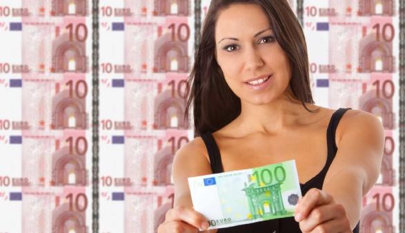 100 Euro für Ihre Weiterbildung © mdworschak, stock.adobe.com