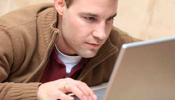 Mann arbeitet am Laptop © Sven Bähren, Fotolia.com
