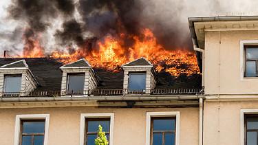 Dachstuhl eines Hauses steht in Flammen © animaflora, Fotolia.com