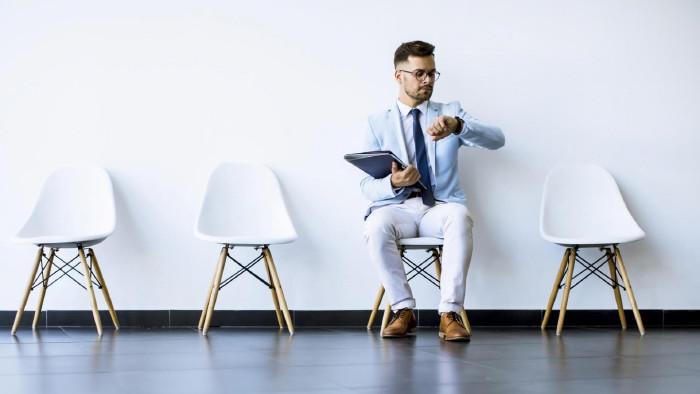 Junger Mann wartet auf Bewerbungsgespräch © Boggy, stock.adobe.com