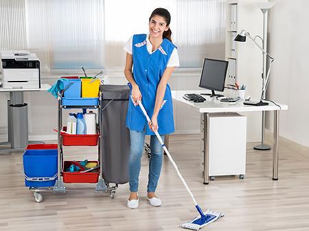 Reinigungsdame wischt den Boden in einem Büro © Andrey Popov, Fotolia.com
