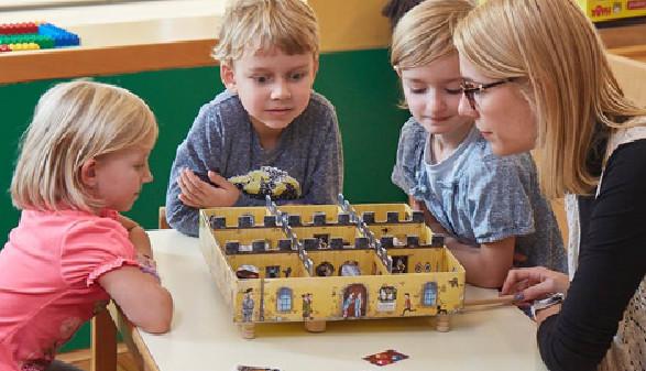 Kindergartenkinder testen gemeinsam mit Pädagogin ein Gesellschaftsspiel © Arbeiterkammer Oberösterreich, -