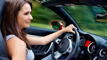 Junge Frau fähr mit Ihrem Cabrio durch die Gegend © Günter Menzl, Fotolia
