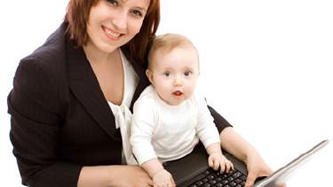 Die frischgebackene Mama freut sich über den Mutterschutz - Ihern Arbeitslaptop kann Sie beiseitelegen. © bociek666, Fotolia.com