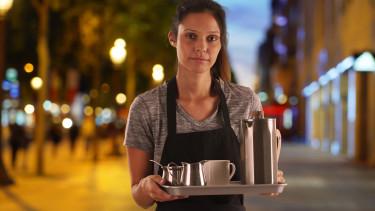 Kellnerin im Straßencafe hält Tablett © rocketclips , stock.adobe.com