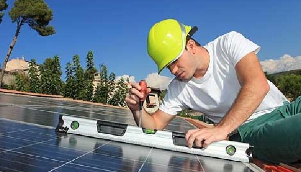 Bauarbeiter montiert Solaranlage am Dach © kalou1927, Fotolia.com