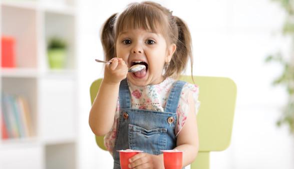 Kleines Mädchen isst einen Joghurt © Oksana Kuzmina, stock.adobe.com