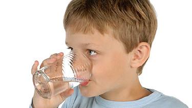 Junger Bub trinkt genüsslich sein Wasser © Eisenhans, Fotolia.com